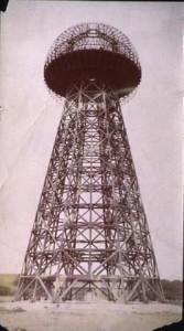 La torre de Wardenclyffe, donde Tesla realizó numerosos experimentos. La explosión de un cometa en Siberia, el enigma de Tunguska, se asocía por la mitología geek a una experiencia de Tesla el 30 de junio 1909.