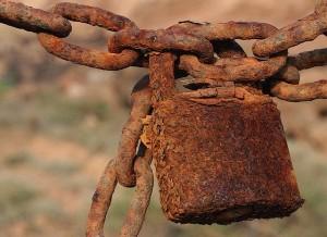 Las cadenas se oxidan pero no se rompen, parecería que siempre estuvieron ahí. Foto de Lanzarote Rural.