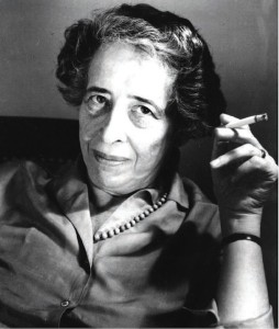 La filósofa Hannah Arendt, mente fina y priveligiada, criticada sin piedad, precisamente por su finura e inteligencia.