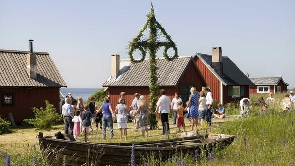 Habitantes de Gotland bailan en torno al árbol de Midsomer.