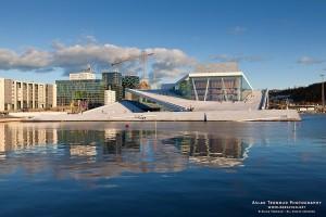Opera de Oslo, construida entre 2002 y 2005, de los arquitectos Kjetil Trædal Thorsen, Tarald Lundevall, Craig Dykers. Todo un barrio de la capital noruega fue rediseñado.