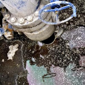 Uno de los pozos de extracción y los liquidos tóxicos que se utilizan para la fracturación. Foto de Anne-Marie de Carufel.