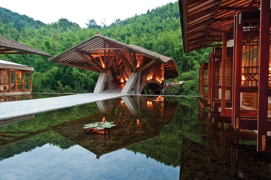 Puente y complejo en la Reseva Natural de Nanjun en China.