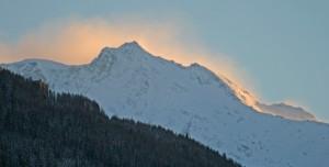 De la montaña se recortan los fantasmas que parcen armarse para descenderla.